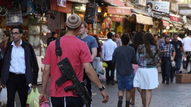 Israeli Jews carry machine guns in the streets